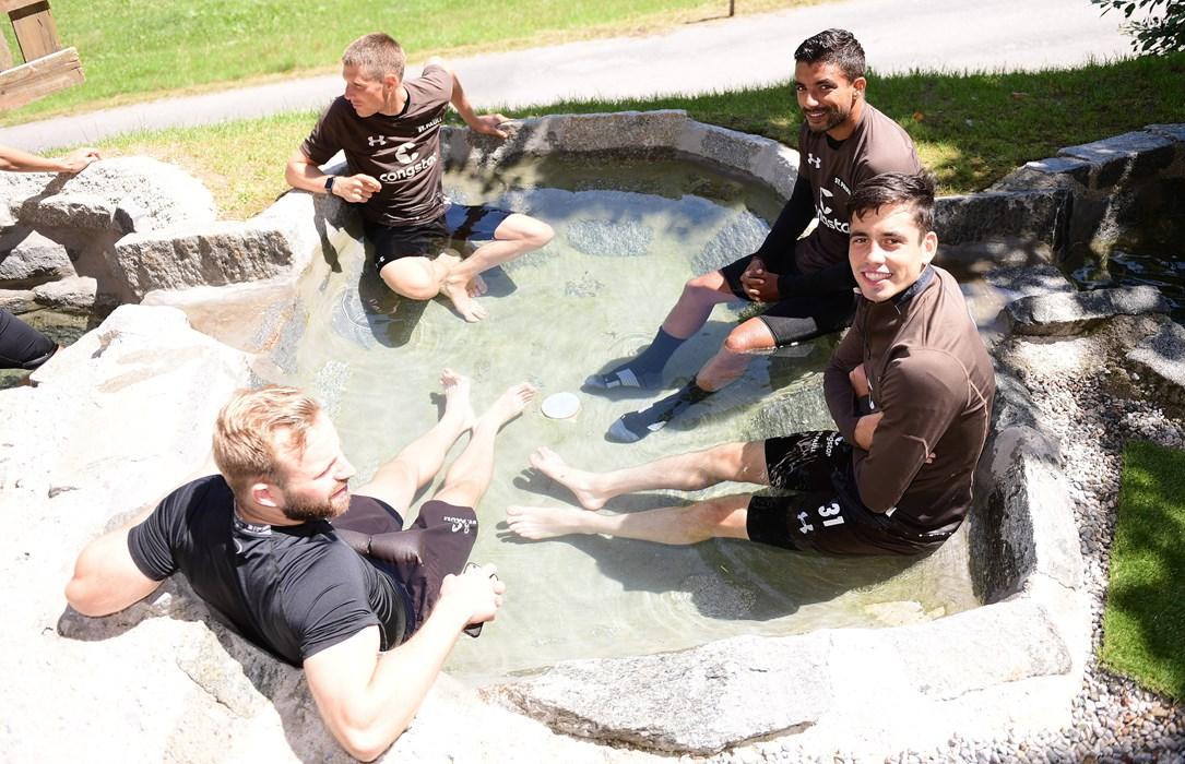 Jan-Marc Schneider (unten links), Daniel Buballa (oben links), Sami Allagui (oben rechts) und Ersin Zehir (unten rechts) nutzten nach dem Training das erfrischende Kaltwasserbecken.