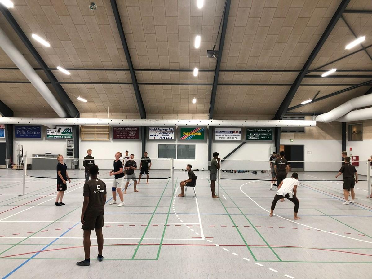 In der Sporthalle des Sportzentrums in Skaerbaek absolvierten unsere Talente ein Fußballtennis-Turnier.