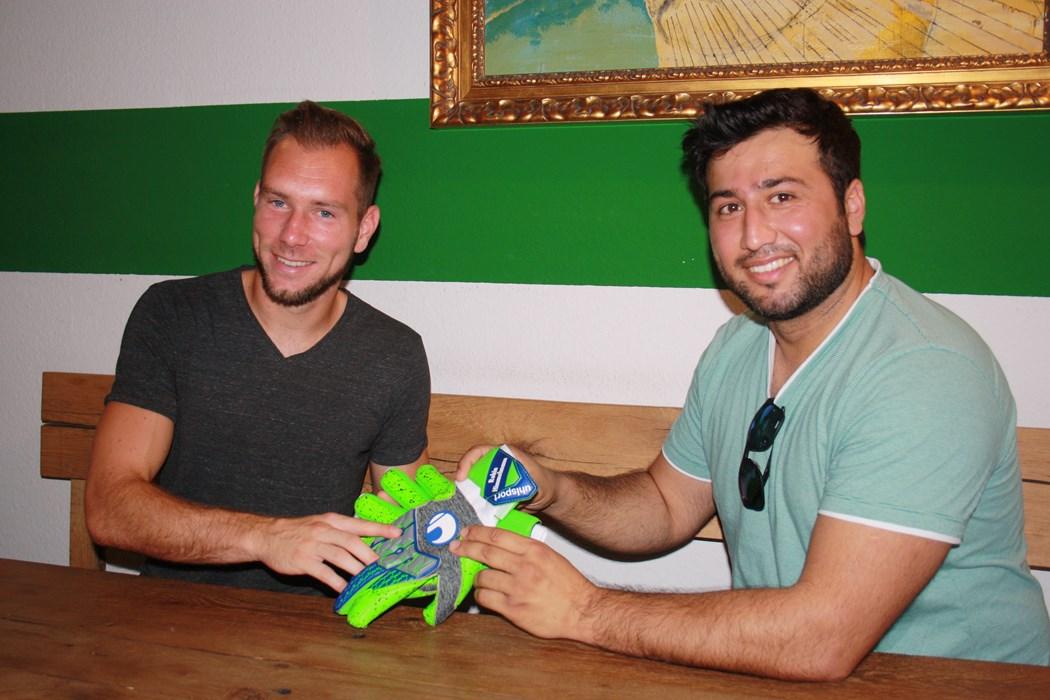 Robin brachte Mansur ein Paar seiner Handschuhe mit.