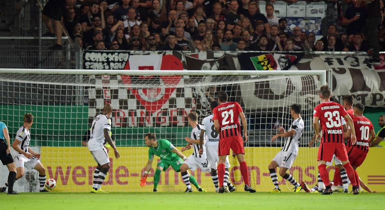 Sören Reddemann (2.v.r. - hinter Sebastian Mrowca mit der Nr. 10) ist zur Stelle und trifft in der 35. Minute zum 1:0 für den Drittligisten.