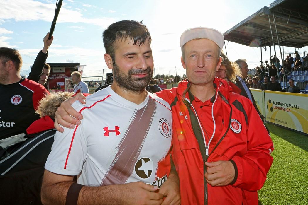 Serdal Celebi und Trainer Wolf Schmidt nach dem verlorenen DM-Finale gegen den MTV Stuttgart.