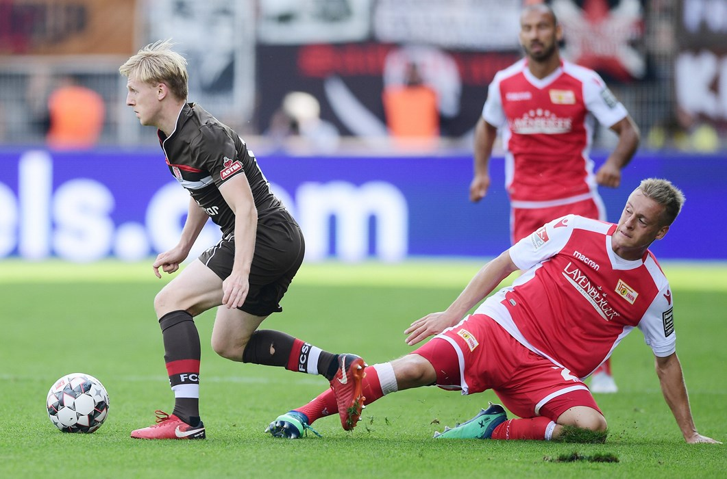 Zu Beginn der Partie hatten die Kiezkicker noch alles im Griff. Hier setzt sich Mats Møller Dæhli gegen Unions Felix Kroos durch.