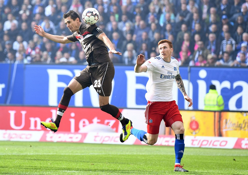 Johannes Flum escapes his marker on seven minutes, but his header is gathered by Julian Pollersbeck in the HSV goal.