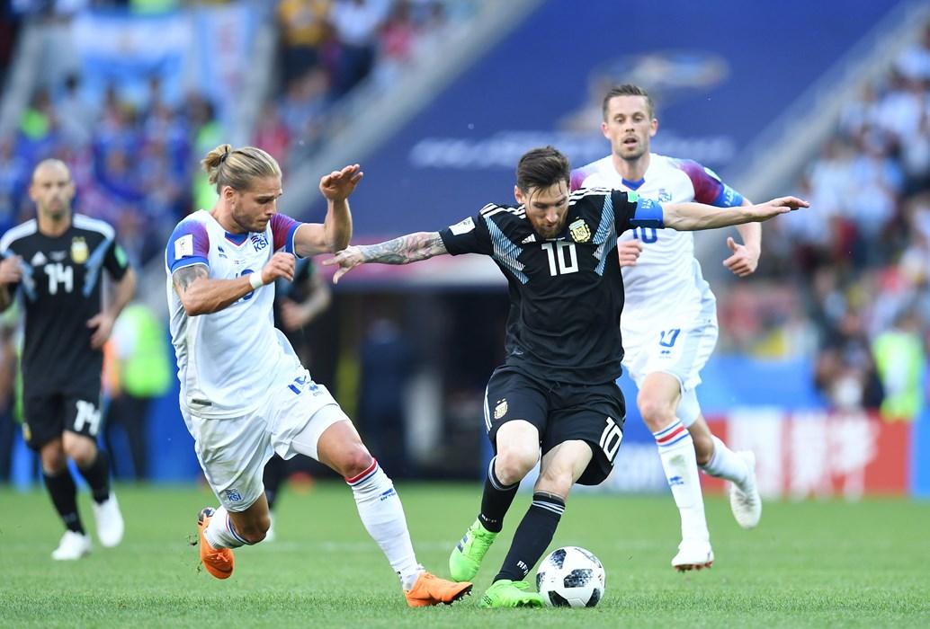 Islands Rurik Gislason im Duell mit Argentiniens Lionel Messi. Die Partie endete 1:1.