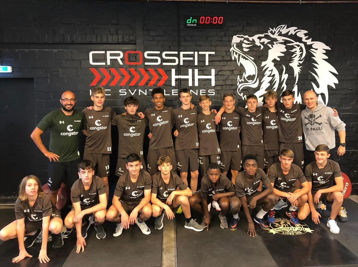 Unter der Leitung von Niels-Momme Jürgensen (hintere Reihe ganz rechts) schuftete das Team von Trainer Baris Tuncay (hintere Reihe ganz links) im Crossfit HH.