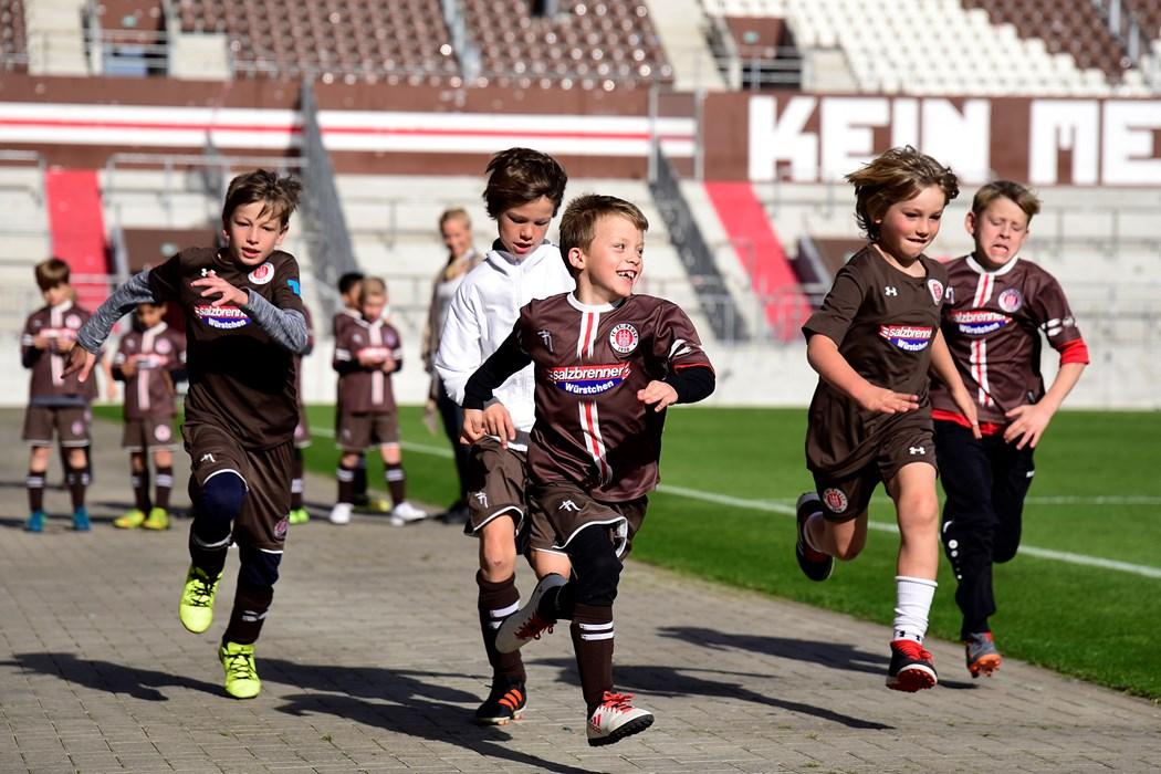 Nach dem Programmieren probierten die Kids ihre Stoppuhren und Schrittzähler direkt im Stadion aus.