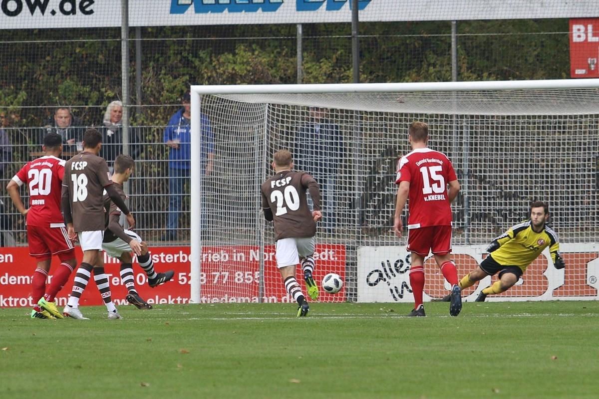 Nach dem Rückstand kam die U23 schnell zurück: Brian Koglin verwandelt hier einen Strafstoß nach einem Foul an Sirlord Conteh zum 1:1.
