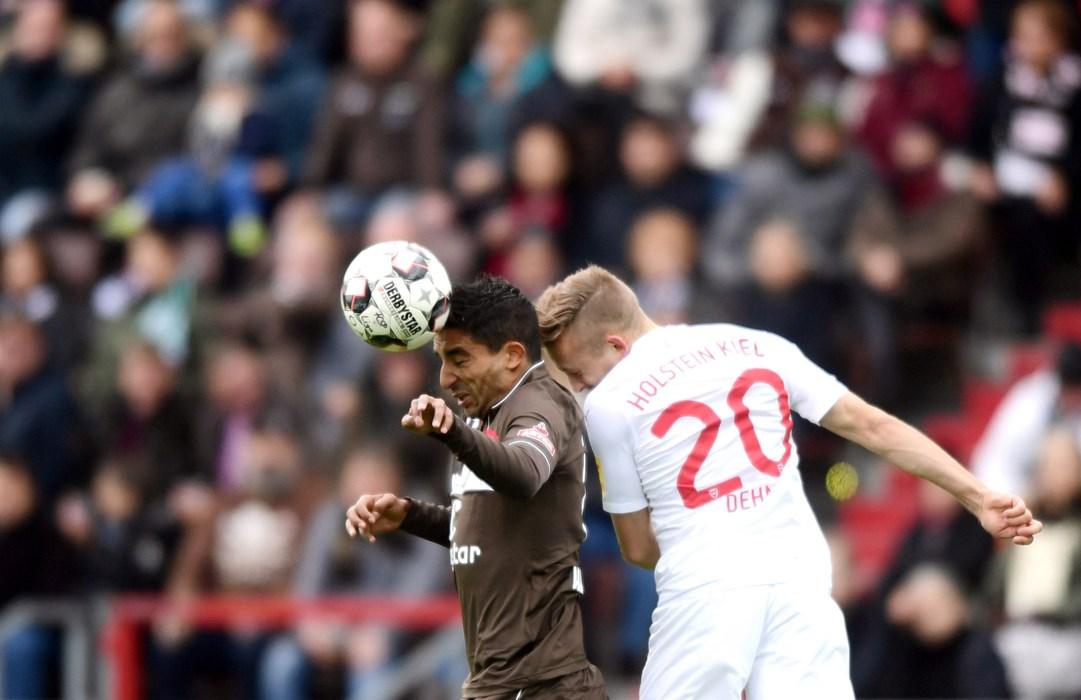 Nach über zwei Monaten zurück in der Startelf: Sami Allagui, hier im Duell mit Kiels Jannik Dehm.