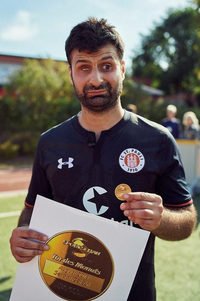Serdal Celebi mit der Medaille für das Tor des Monats August - Foto: Stefan Groenveld