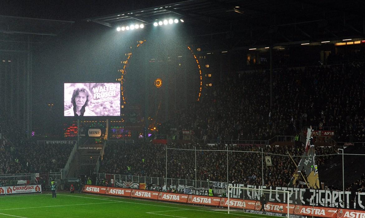 29. November 2013: Vor dem Heimspiel gegen den 1. FC Köln gedachten Fans und Spieler Walter Frosch mit einer Gedenminute (Foto: Witters)