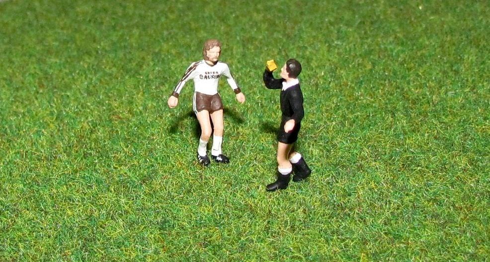 """Szene mit Symbolwert: Auch im Miniatur-Millerntor bekommt """"Froschi"""" die Gelbe Karte (Foto: Stadionmodellbau Tribian)"""