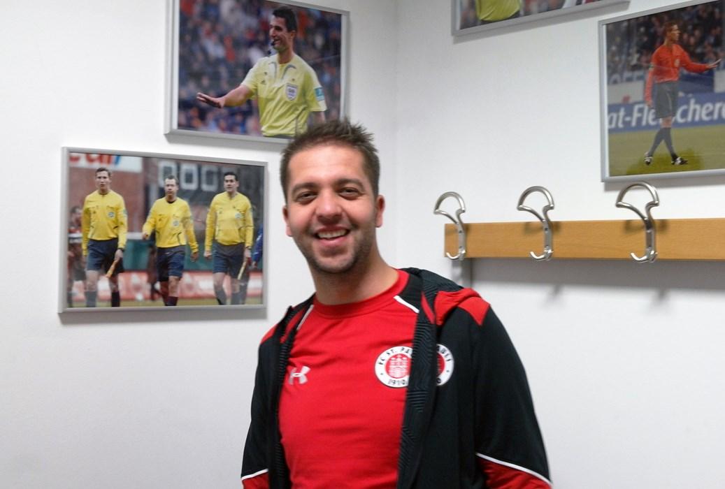 Manuel in der Schiedsrichterkabine des Millerntor-Stadions.