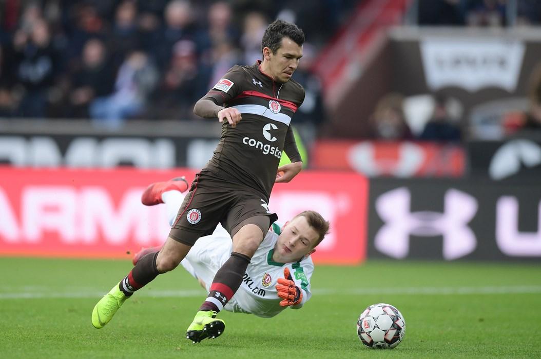 Die 20. Minute: Waldemar Sobota umkurvt Markus Schubert und trifft ins leere Tor. Die Fans wurden das einzige Mal laut in Halbzeit ein, der Treffer zählte aber nicht.