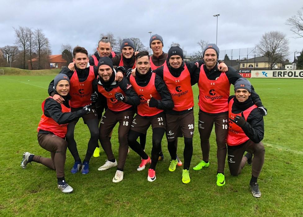 Team 'Rot' posierte nach dem gewonnenen Trainingsspielchen für das obligatorische Siegerfoto.