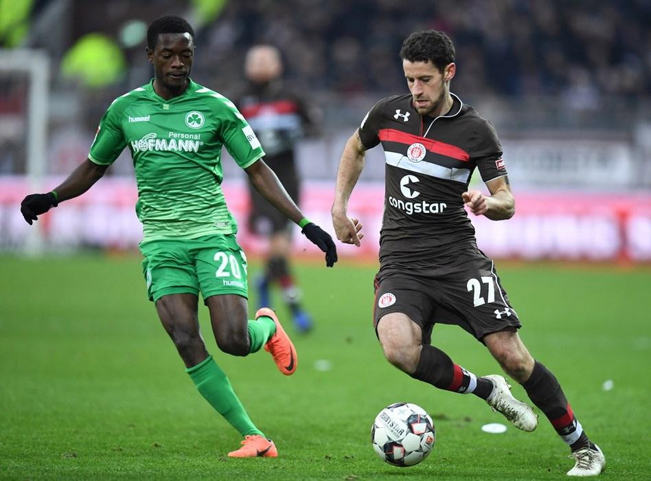Jan-Philipp Kalla im Duell mit Fürths David Atanga. Nicht nur gegen die SpVgg, sondern auch gegen Bochum und Magdeburg lieferte der 'Fußballgott' vor der Winterpause starke Leistungen ab.