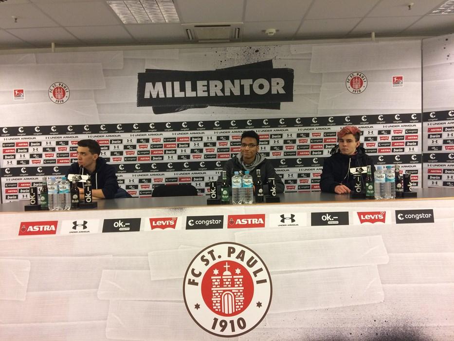 """Bei ihrer """"Millerntour"""" lernten die Jugendlichen auch den Raum des FC St. Pauli für Pressekonferenzen kennen."""