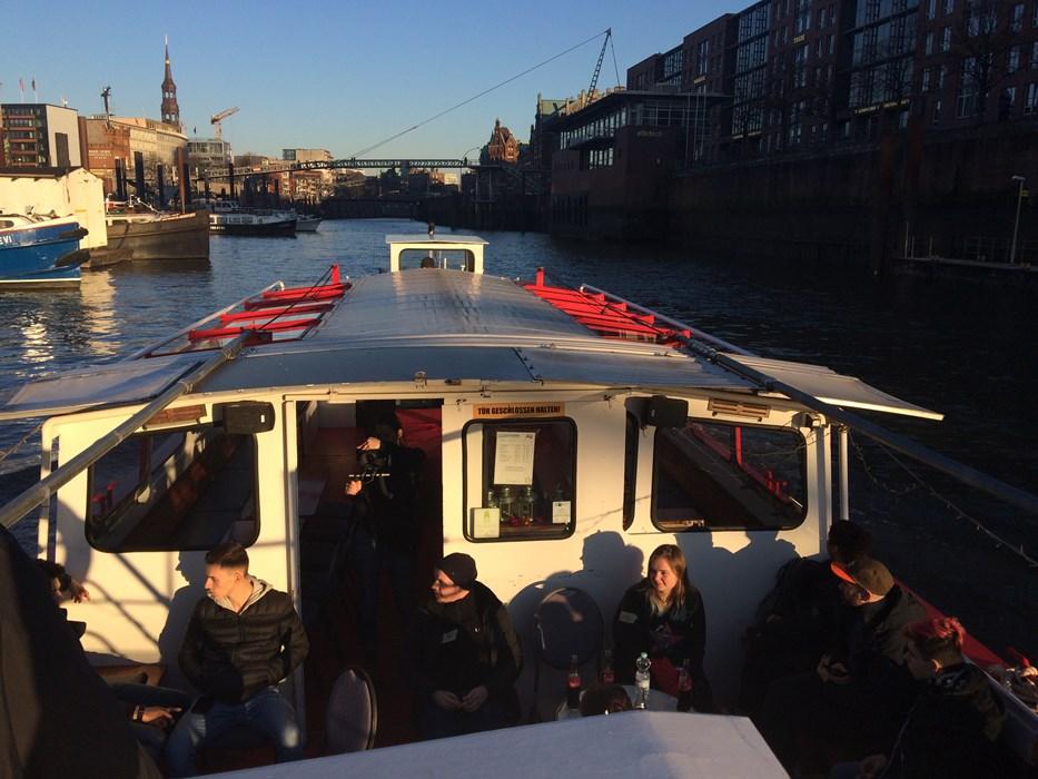 Workshop-TeilnehmerInnen bei einer Hafenrundfahrt