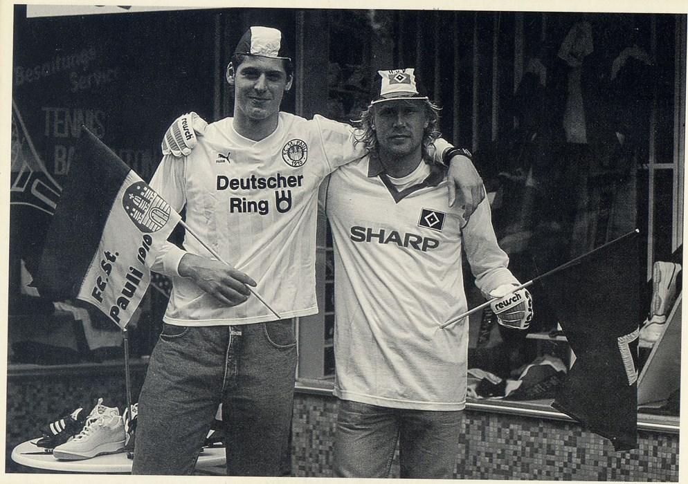 HSV-Keeper Richard Golz (li.) und FCSP-Torwart Volker Ippig (re.) tauschten Ende der 80er das Outfit.