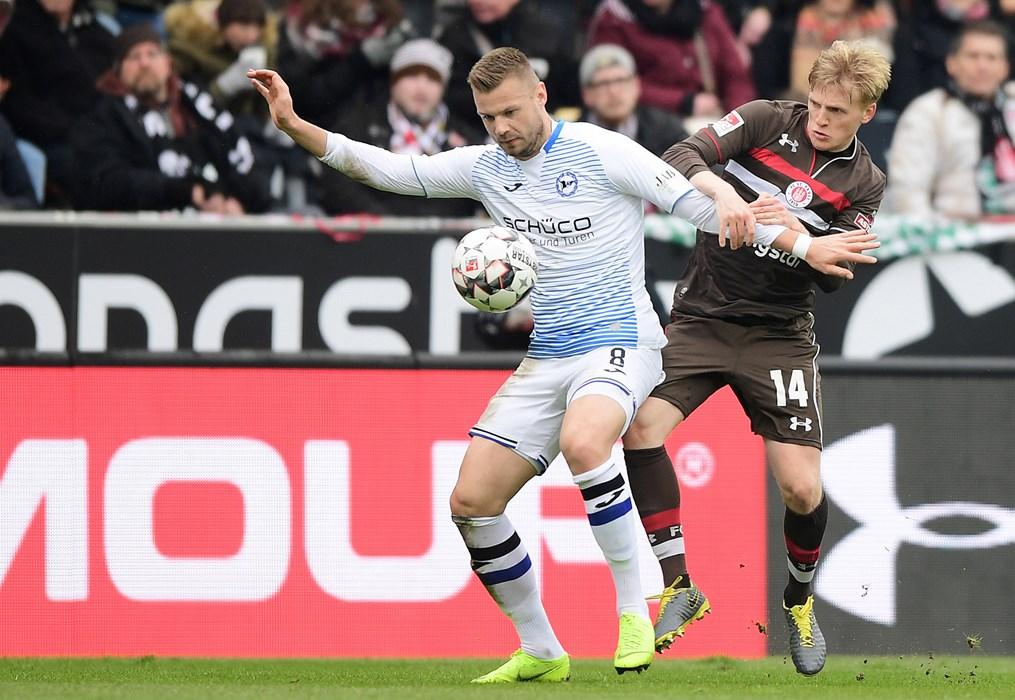 Mats Møller Dæhli im Duell mit Bielefelds Florian Hartherz.