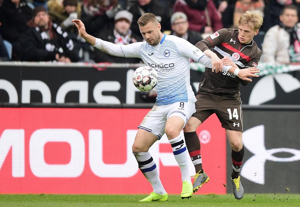 Mats Møller Dæhli challenges Bielefeld's Florian Hartherz.
