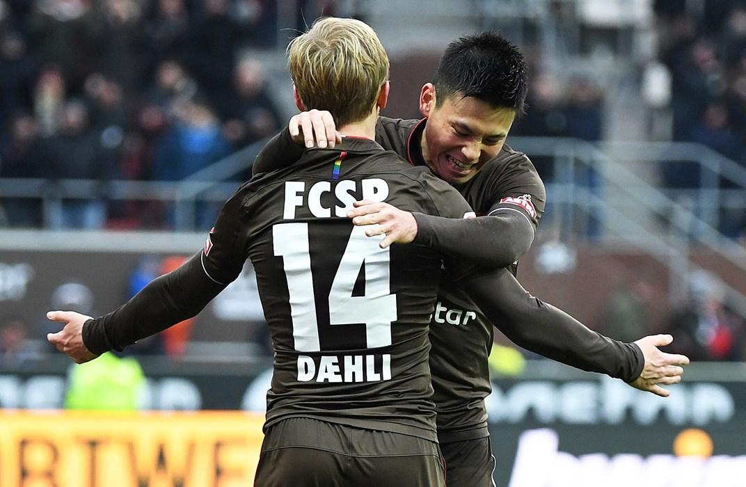 Bei Mats Møller Dæhli bedankte sich Miyaichi gleich zwei Mal für eine perfekte Vorlage - hier bejubeln die beiden Miyaichis Tor beim 2:0-Heimsieg gegen die SpVgg Greuther Fürth im Dezember.