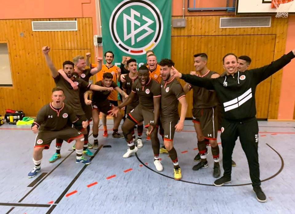 Unsere Futsaler bejubeln den deutlichen Hinspielsieg gegen Idar-Oberstein.