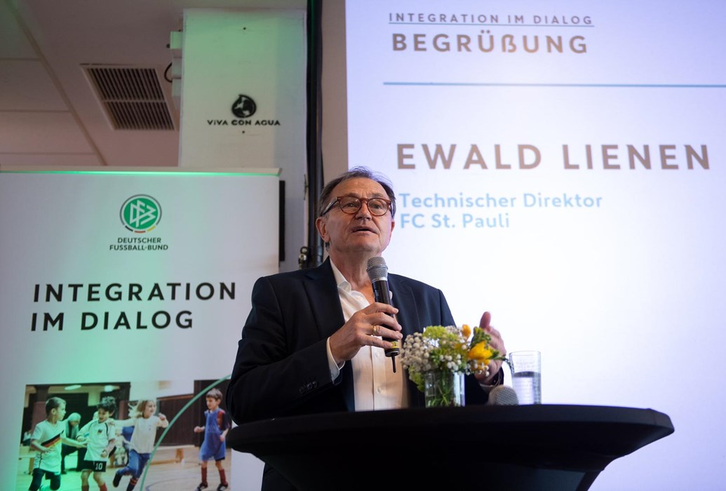Ewald Lienen bei der Begrüßungsrede im Ballsaal Süd unseres Millerntor-Stadions
