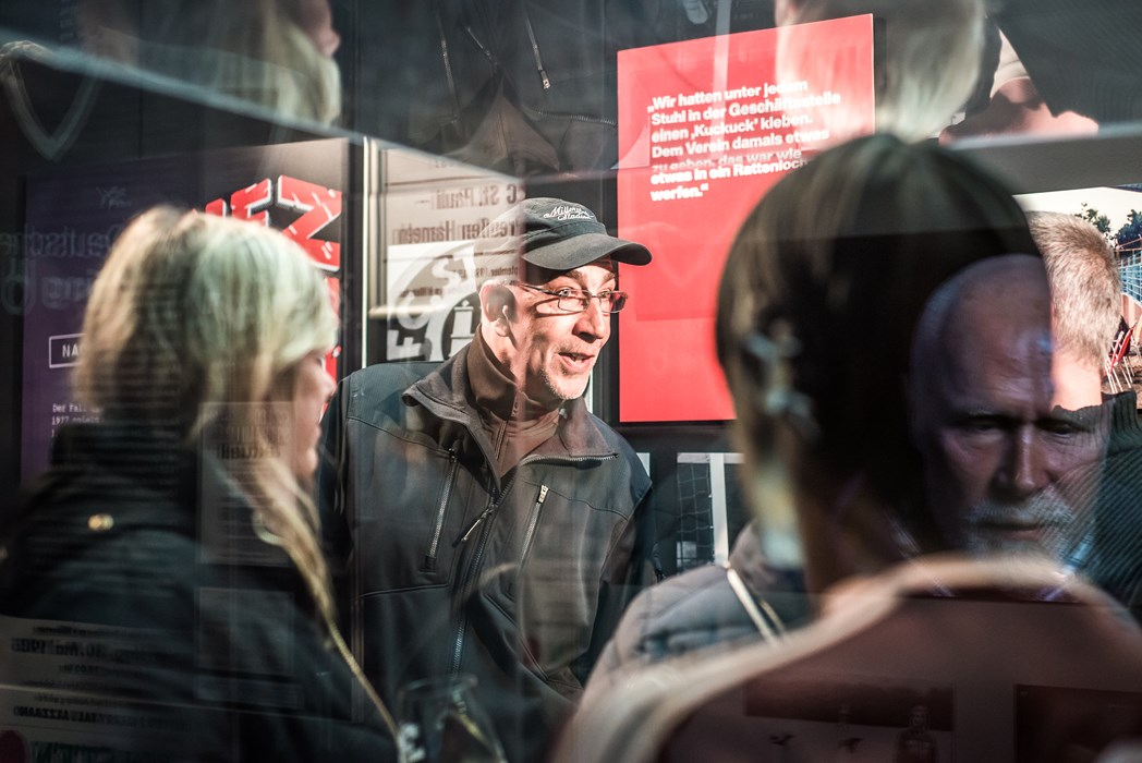Auch Sven Brux, heute Leiter Veranstaltungen und Sicherheit beim FC St. Pauli und seinerzeit maßgeblich am KIEZBEBEN beteiligt, genoss die Ausstellung.