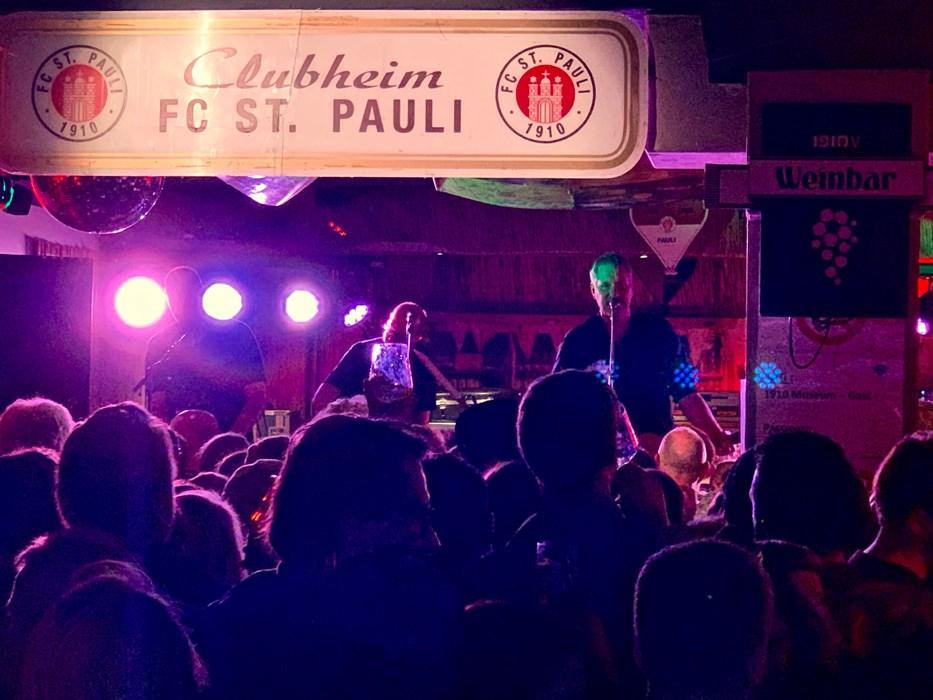 """""""The Rural Juror"""" mit Marcus Wiebusch und Freunden spielten Kettcar-Klassiker im Clubheim-Ambiente."""