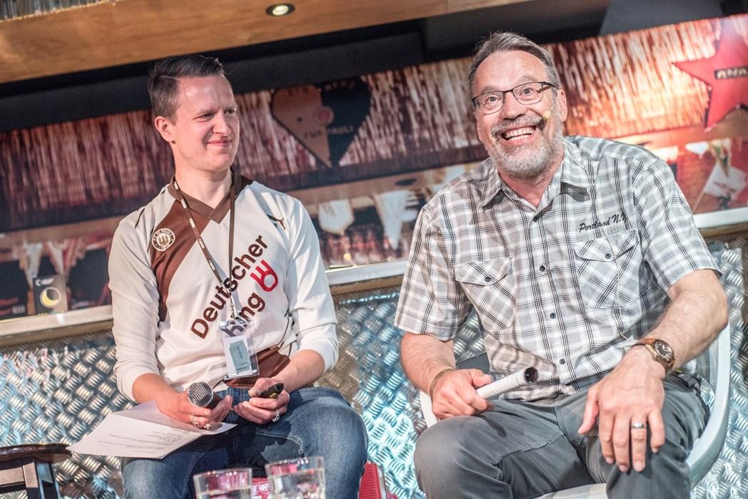 """Gut gelauntes """"Tier im Tor"""": Klaus-Thomforde genoss seinen Auftritt beim Talk ebenso wie den Gang durch die KIEZBEBEN-Ausstellung."""