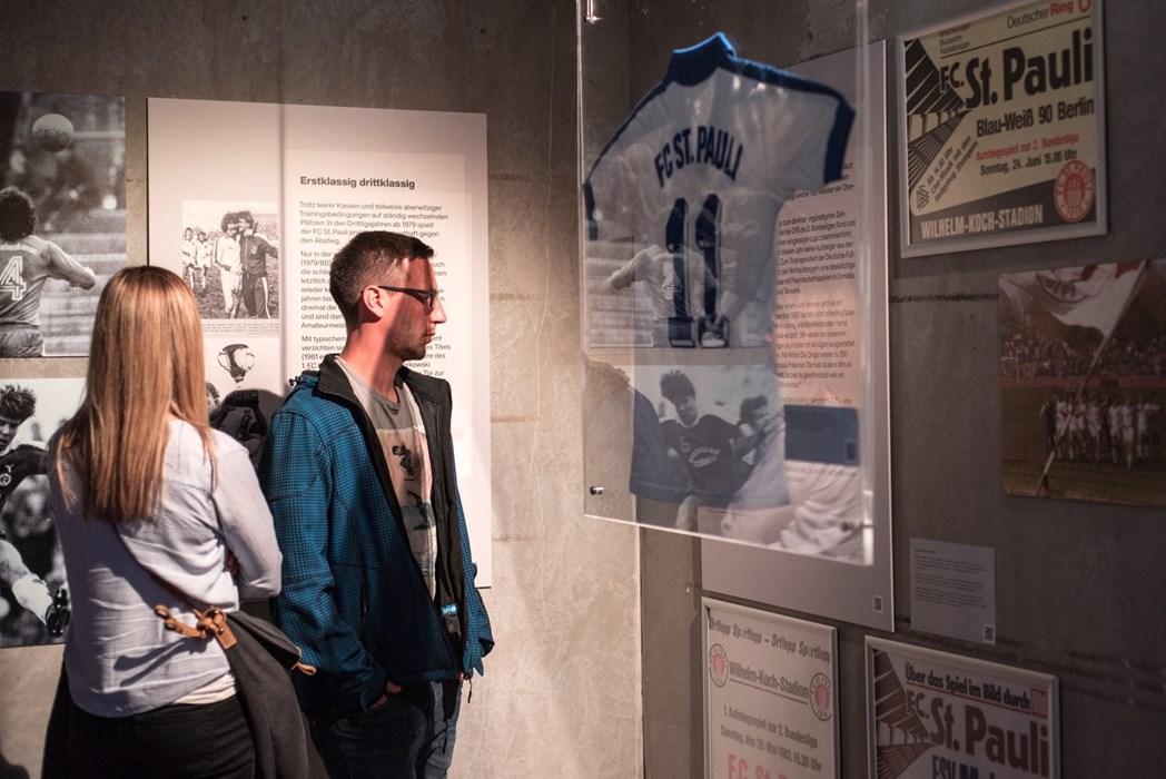 """Während der gesamten Langen Nacht stieß die KIEZBEBEN-Ausstellung auf großes Interesse – hier der Bereich """"Vorbeben"""" mit raren Sammlerstücken aus der Zeit von 1979 bis 1985."""