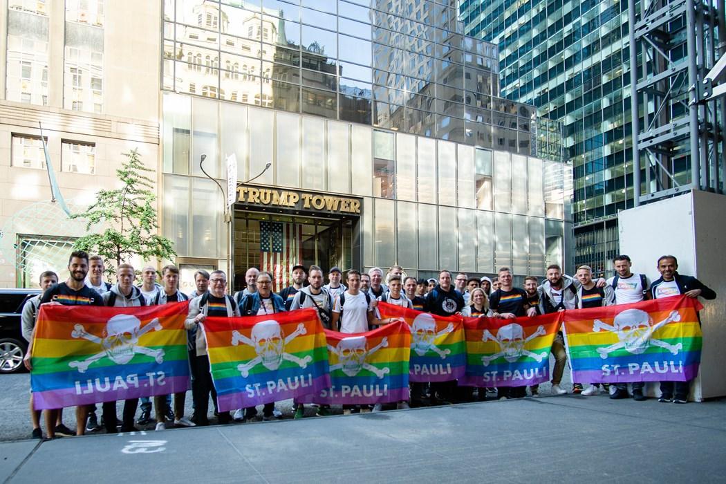 Regenbogenflagge vor dem Trump Tower