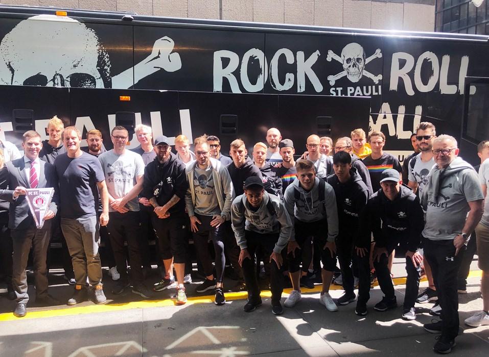 Unsere Kiezkicker vorm Mannschaftsbus kurz vor der Abreise aus News York nach Buffalo