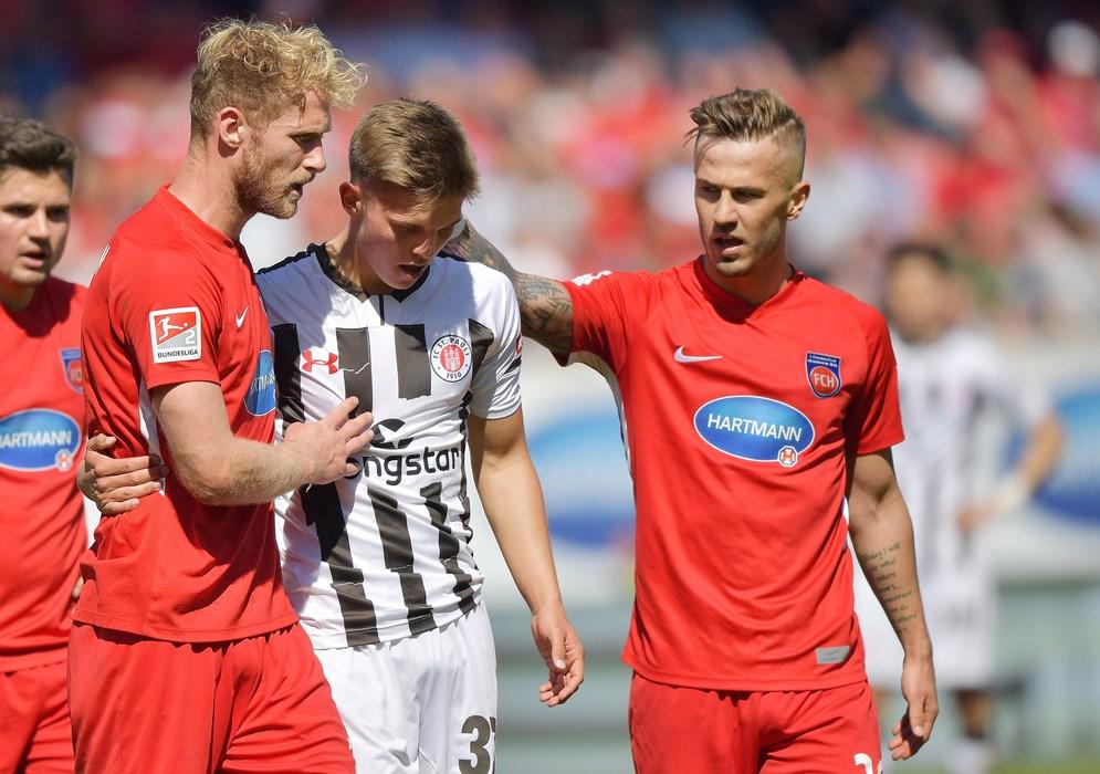 In Heidenheim flog Finn Ole Becker mit Gelb-Rot vom Platz, Heidenheims Sebastian Griesbeck und Niklas Dorsch trösten Becker.