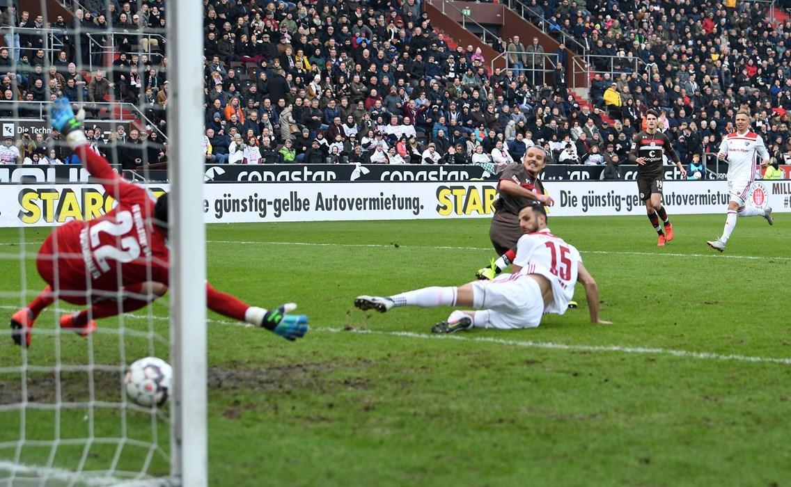 Gegen Ingolstadt verwertete Angreifer Alex Meier eine der wenigen Torchancen und sorgte so für den 1:0-Heimsieg.