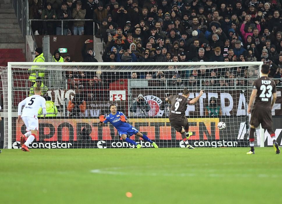 Heimspiel gegen Union Berlin, es läuft die fünfte Minute der Nachspielzeit. Alex Meier beweist Nervenstärke und trifft per Elfmeter zum 3:2-Sieg.