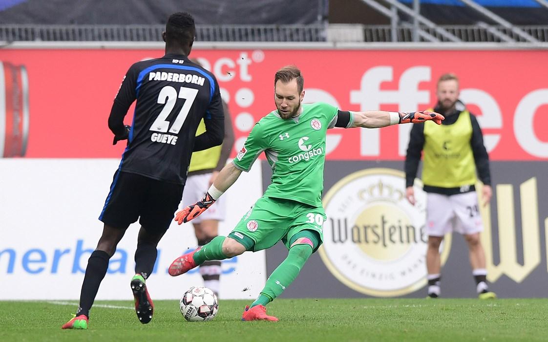 In Paderborn avancierte Keeper Robin Himmelmann neben Siegtorschütze Alex Meier zum Matchwinner. Dank vieler guter Paraden hielt er seinen Kasten sauber - der Grundstein zum 1:0-Erfolg beim späteren Aufsteiger.