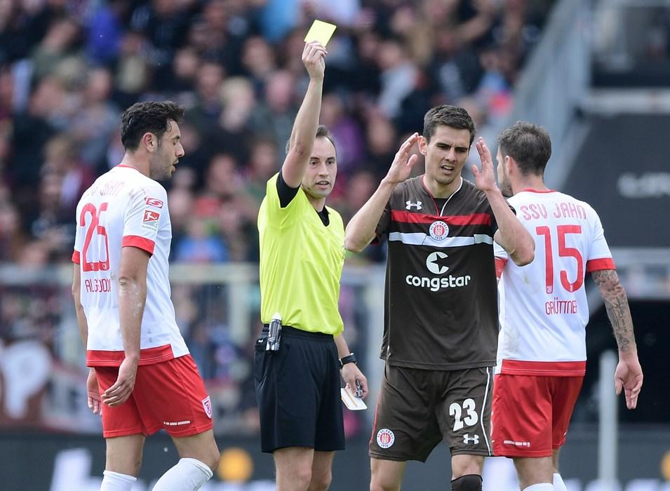 Johannes Flum sieht im Heimspiel gegen Regensburg die Gelbe Karte. Mit acht Verwarnungen war Flum in der Saison 2018/19 der Gelb-König unserer Kiezkicker.