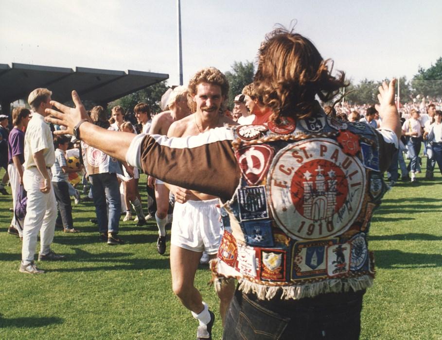 Emotionen nach dem 5:1 gegen Uerdingen am 17.6.1989. Übrigens: Genau die Kutte, die hier Michael Dahms umarmt, könnt Ihr in der Ausstellung im Original sehen!