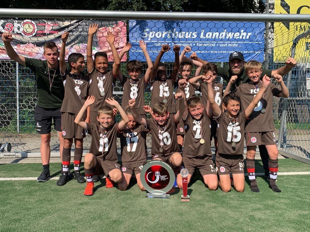 Unsere U11 bejubelt den Gewinn der Hamburger Meisterschaft nach dem 7:1-Sieg gegen Sasel.