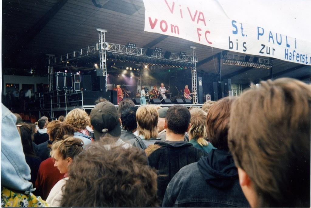 Die Haupttribüne des alten Millerntor-Stadions wurde 1991 zur Konzertbühne.