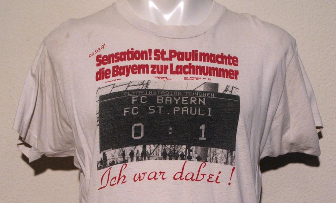 """""""Sensations-Shirt"""" des Fanladens: Erinnerung an den 1:0-Auswärtssieg im Münchner Olympiastadion."""