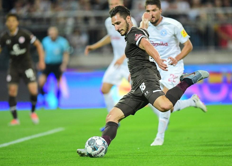 Dimitrios Diamantakos only has eyes for the ball against Holstein Kiel.