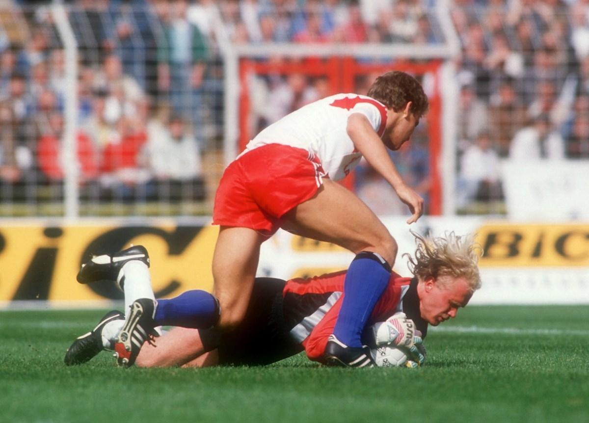 Unerwarteter Punktgewinn: Beim Derby 1988 trug Keeper Volker Ippig (hier gegen Oliver Bierhoff) entscheidend dazu bei, das 1:1 zu halten.