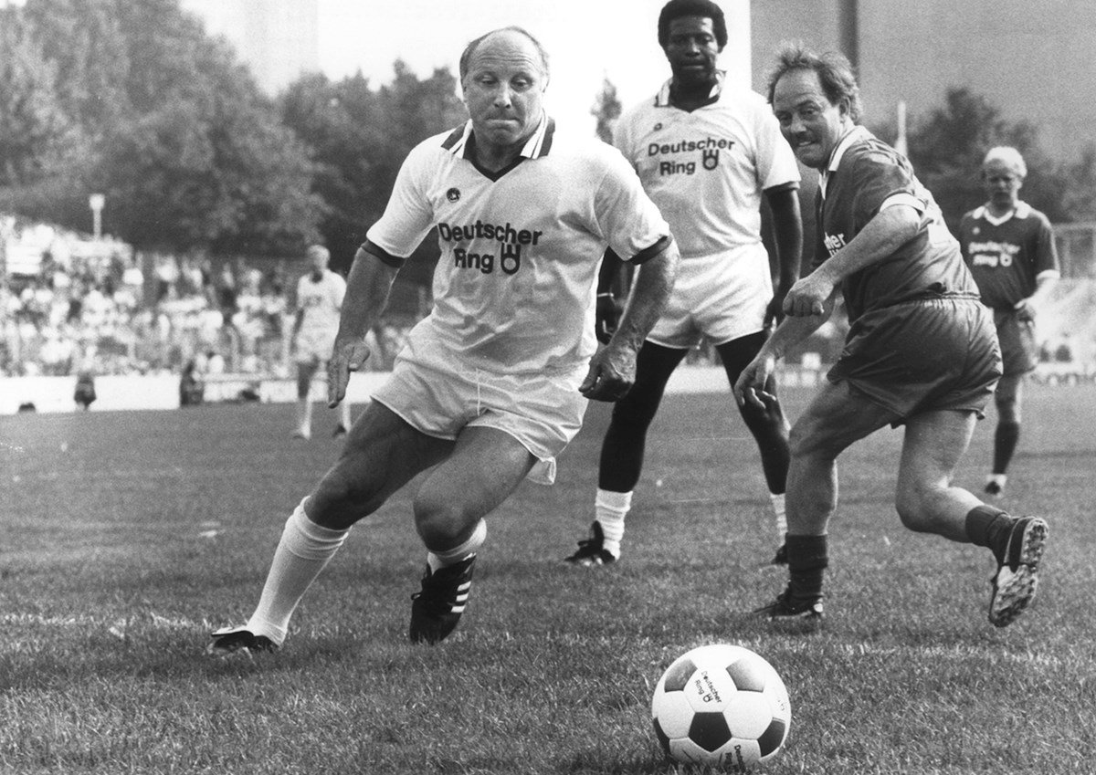Doch, das gab es wirkllich: Uwe Seeler und Roberto Blanco beim Prominenten-Benefiz-Spiel am Millerntor anno 1987.