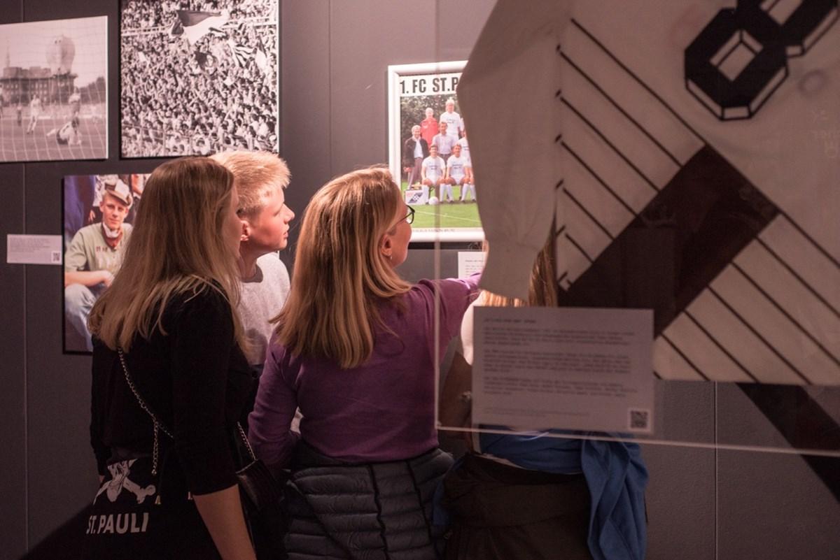 BesucherInnen im KIEZBEBEN. Die über 600 Quadratmeter große Ausstellung und das Konzert können am Donnerstag (3.10.) mit nur einem Ticket besucht werden!