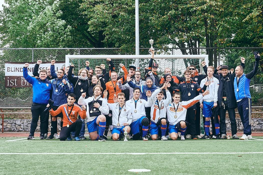 Unsere Kiezkicker und das Team von Zvezda Moskau beim gemeinsamen Mannschaftsfoto nach der Siegerehrung.