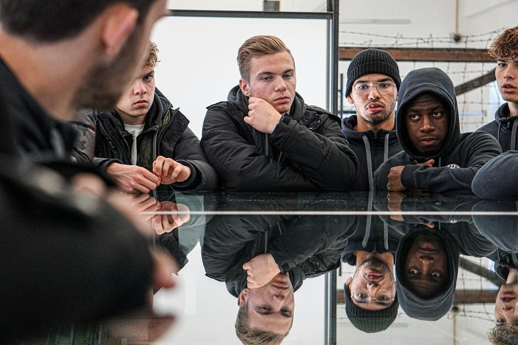 Die U19-Kiezkicker Julius Jarchow, Christopher Grünewald, Gustavo Melo, Sidnei Djalo und Louis Jacobs (v.l.n.r.) über einer Miniaturnachbildung des Geländes.
