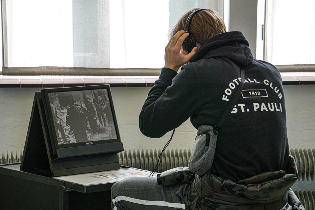 Lasse Sortehaug (U19) schaut sich in der Ausstellung einen Kurzfilm an.