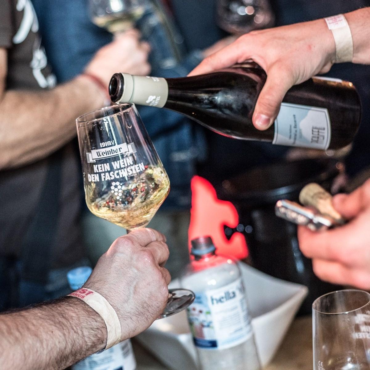 """Alle Erträge der Weinparty gehen an das FC St. Pauli-Museum – das """"Kein Wein den Faschisten""""-Glas ist im Eintritt inbegriffen!"""